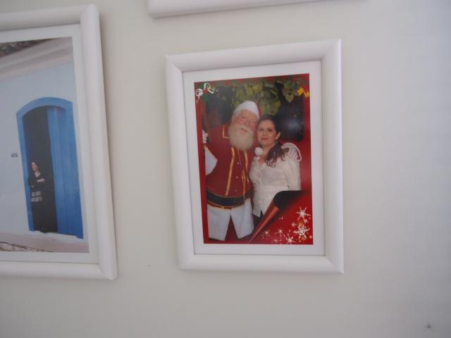 A prova de que adoro Papai Noel é nossa foto na parede do escritório.