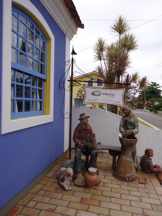 """Cenas Urbanas e Outras nem Tanto """"perdido"""" dentro do pilão. As esculturas, em tamanho natural, ficam em frente ao Café """"Tens Tempo"""", no Ribeirão da Ilha."""