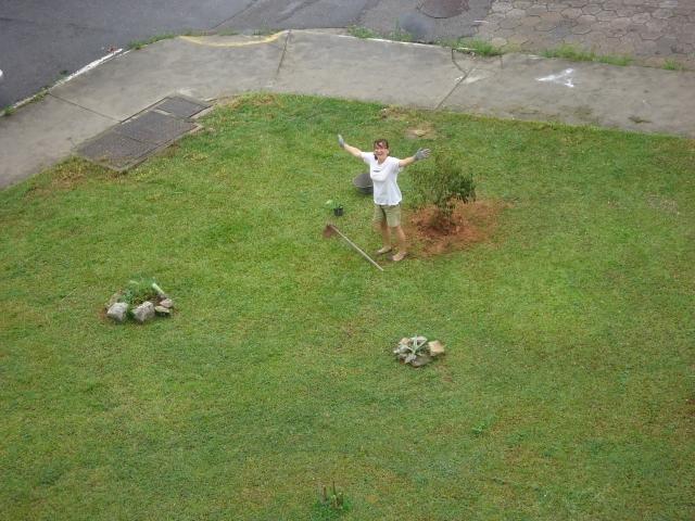 Laura acabando de  plantar uma amexeira.
