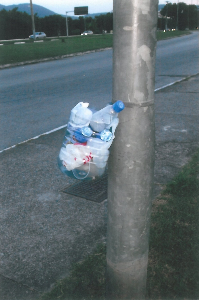 Laura improvisa lixeiras de garrafas Pet e as distribui pelas ruas próximas à sua casa. Todos os dias recolhe o lixo dando a ele  a destinação correta.