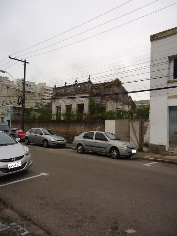 Localizada à rua Anita Garibaldi, a casinha é a imagem acabada do abandono.
