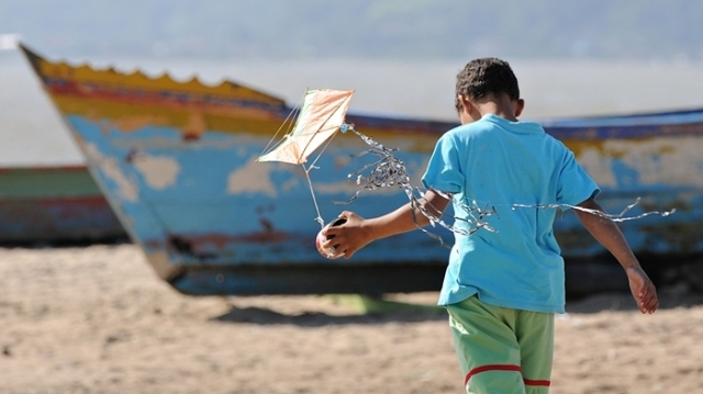 DSC_0920 menino com pandorga e barco